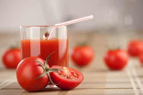 Weekly Detox with Tomato Juice, Garlic, and Turmeric