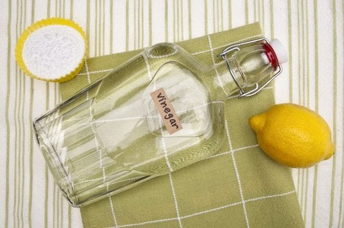 Vinegar and lemon for cleaning limescale