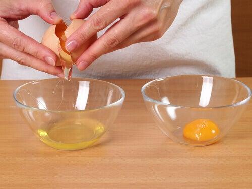 Złamanie jaj w miseczkach