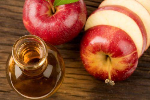 æbler og te på bord