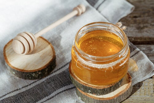 Honey, one of the best home remedies for a scratchy throat