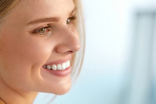 woman smiling in her 20s