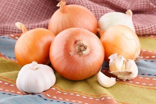 Combat hair loss with onion and garlic