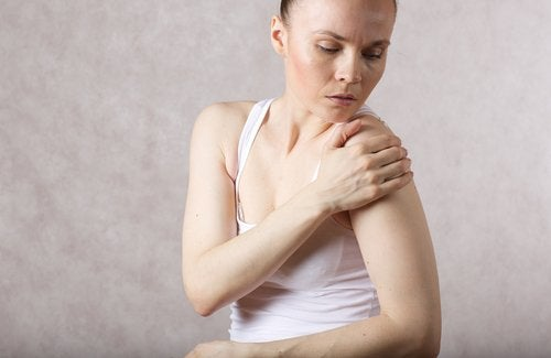woman with shoulder pain who needs to relieve inflammation with dandelion benefits