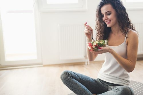 woman eating a low-calorie salad
