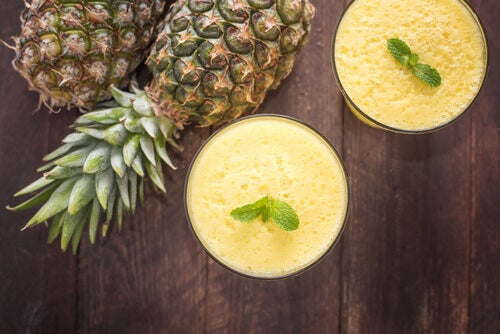 Fight migraines naturally with this pineapple and coconut smoothie.