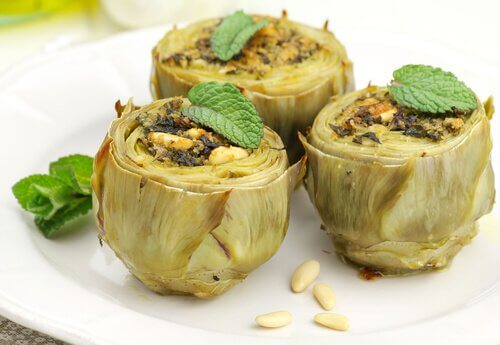 Artichokes are one of the recommended foods to eat at night for a flat belly.