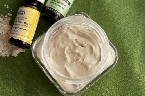 This clay cream can be used to calm muscle pain