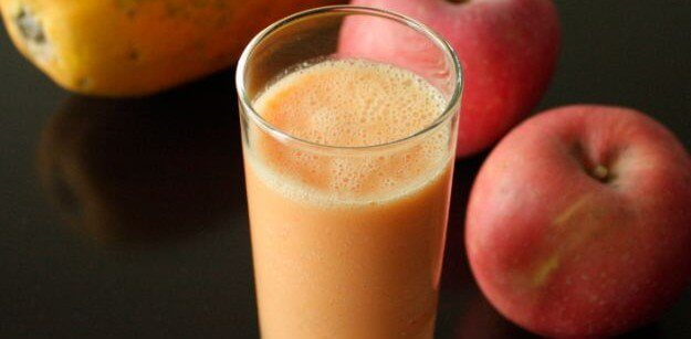 Apple and papaya detox drink