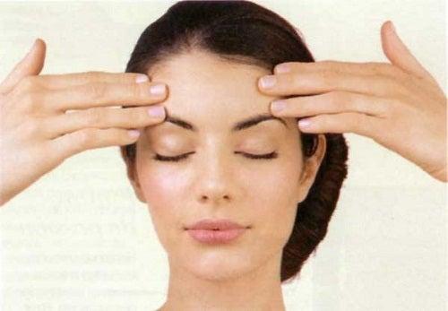 Oefening voor je voorhoofd om verslapping van de gezichtshuid te voorkomen