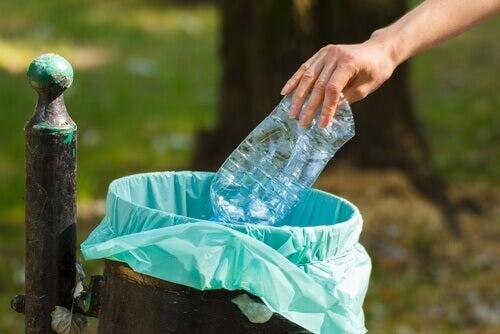 Plastic fles is niet voor hergebruik