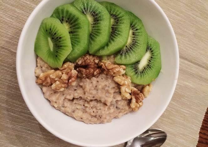Oatmeal with kiwi
