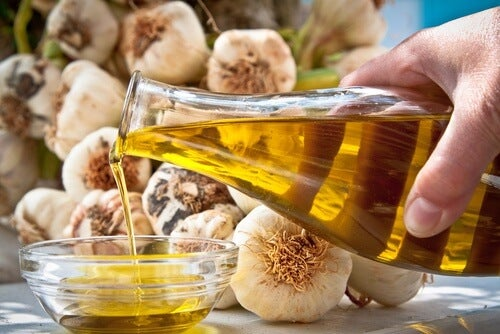 garlic and olive oil for nail home treatment