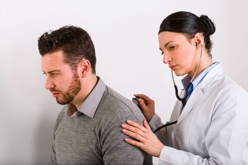 doctor checking a man's lungs with a stethoscope for lung cancer symptoms