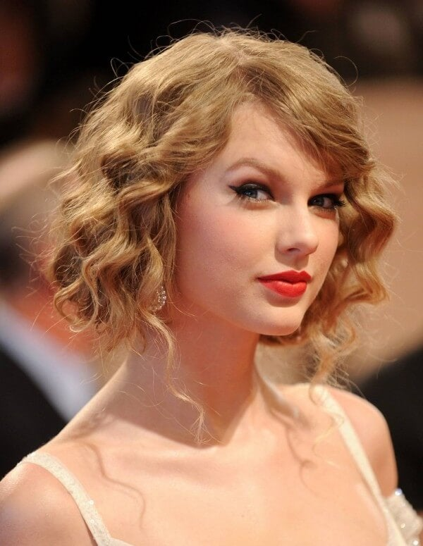Kort haar med naturlige kroeller