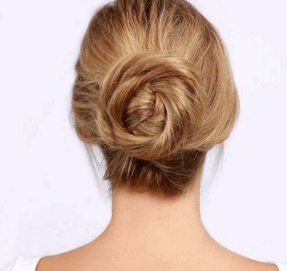 Kvinde med flettet knold - smukke frisurer