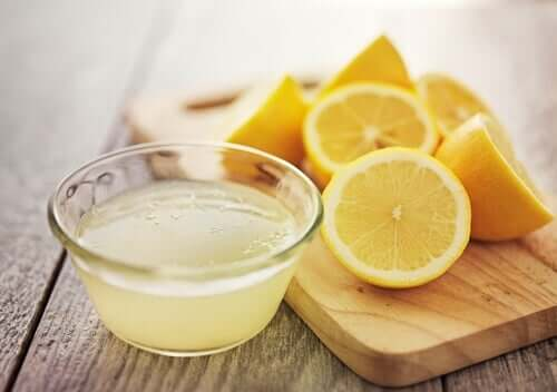Lemon juice is on the natural ways to remove hair dye.