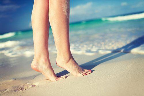 chân trên bãi biển sau khi bạn điều trị thành công giãn tĩnh mạch