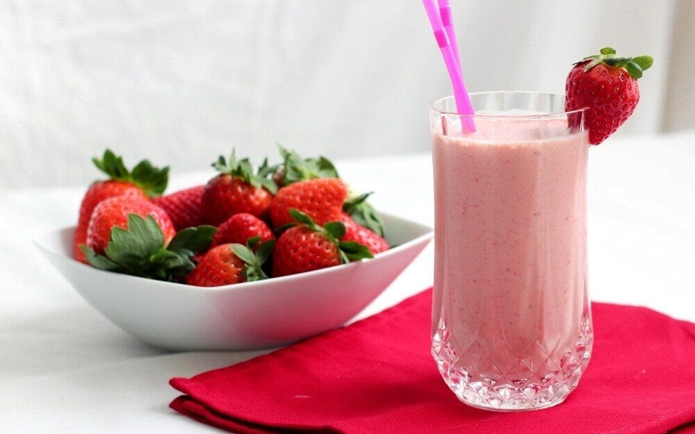 Jordbaer, appelsin og yoghurt smoothie