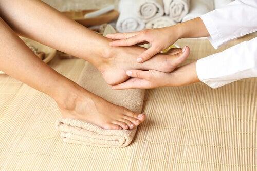 foot massage to improve leg circulation