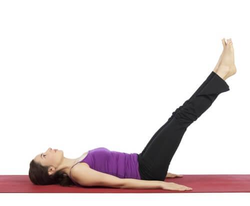 người phụ nữ kéo dài và tập yoga để điều trị giãn tĩnh mạch