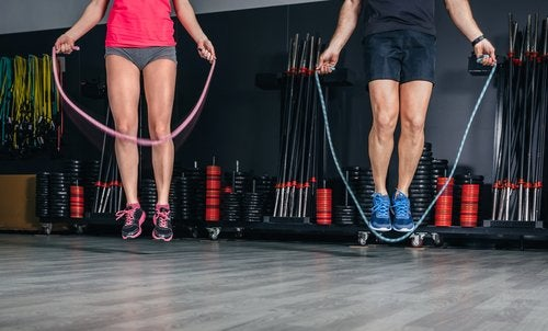 a man and a woman jumping rope to get rid of loose skin after losing weight