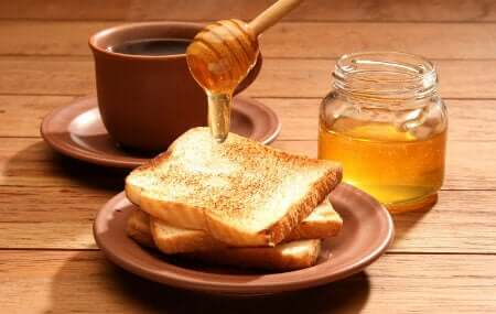 A delicious honey breakfast is a benefit of eating honey daily.