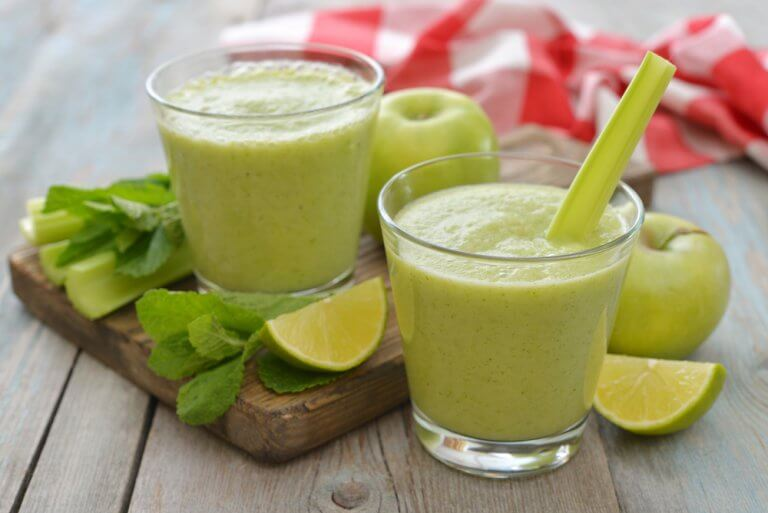 Apple and green vegetable smoothie