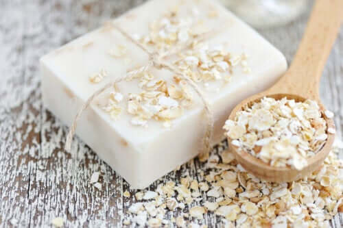How to Make Homemade Oat and Honey Soap to Hydrate Your Skin
