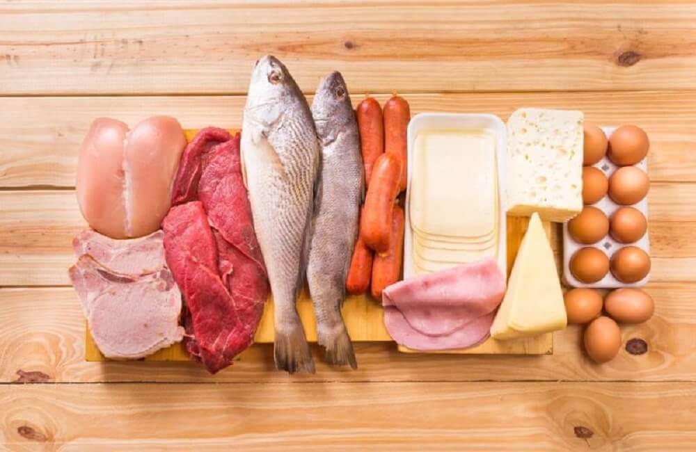 Een plankje met vlees, vis, worstjes, kaas en eieren erop