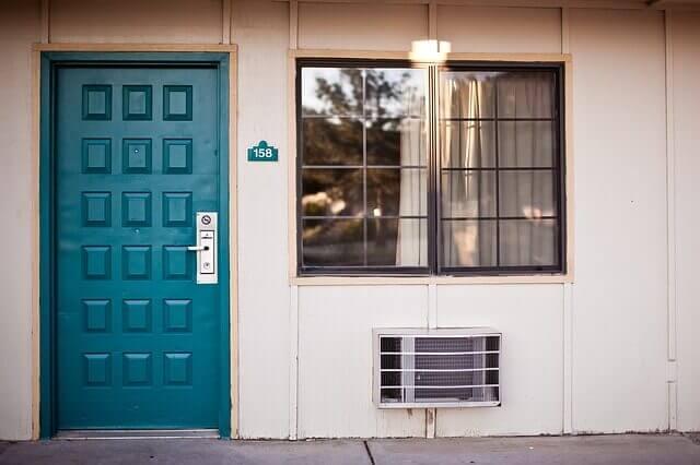 문과 창문에 단열제 넣기 전기 사용량을 줄일 수 있는 7가지 방법