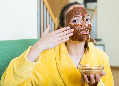 Woman with lemon juice and brown sugar mask.