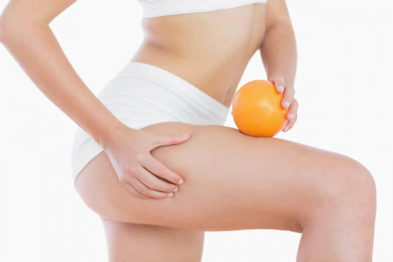 Kvinde der staar med en appelsin i sit undertoej
