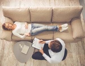 woman visits psychologist