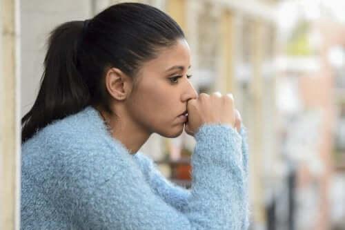 En kvinne som har vanskelig for å kontrollere angst.