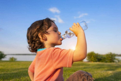 Drinking water like this is good for infections in children.