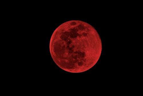wpływ księżyca krwawy księżyc