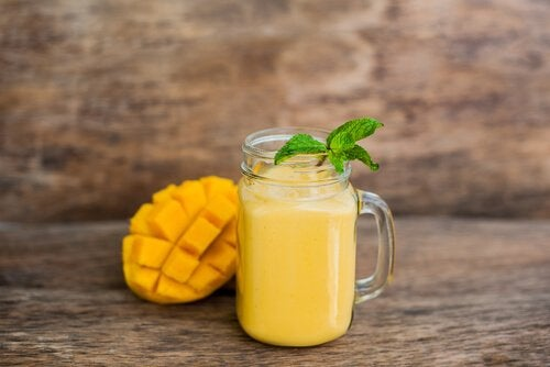 this orange smoothie is delicious, especially in summer