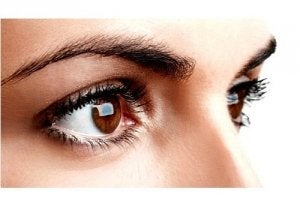 woman with brown eyes looking at something