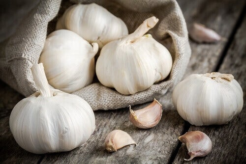 Fresh garlic cloves in a burlap bag reduce cancer risk