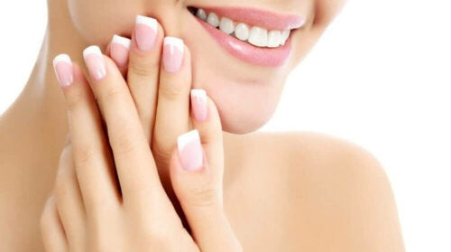 A woman with healthy nails since she used a home remedy to strengthen them.