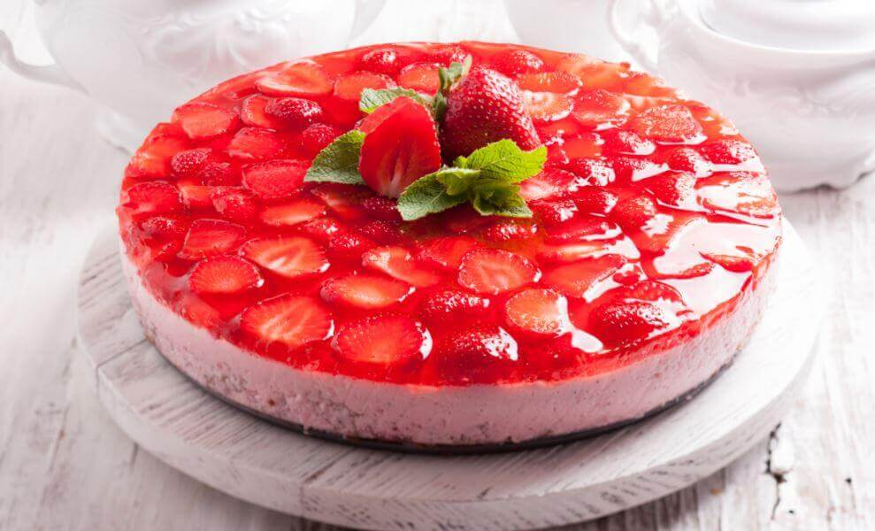Gelatin cake with strawberries