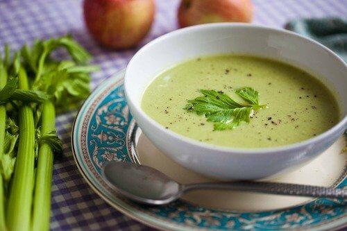 Eine Schüssel Suppe, die beim Abnehmen hilft.