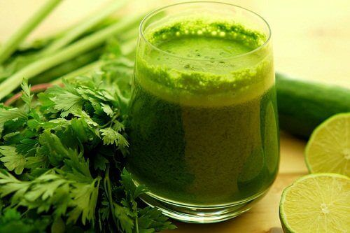 A parsley drink in a glass.