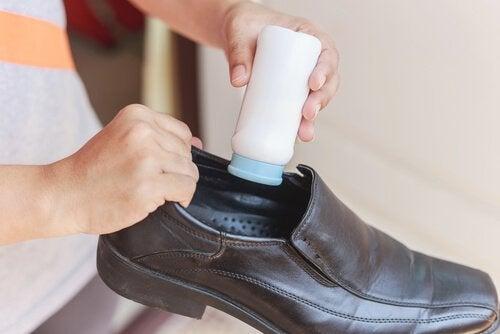 새 신발을 신었을 때 발이 까지는 것을 예방하는 5가지 팁