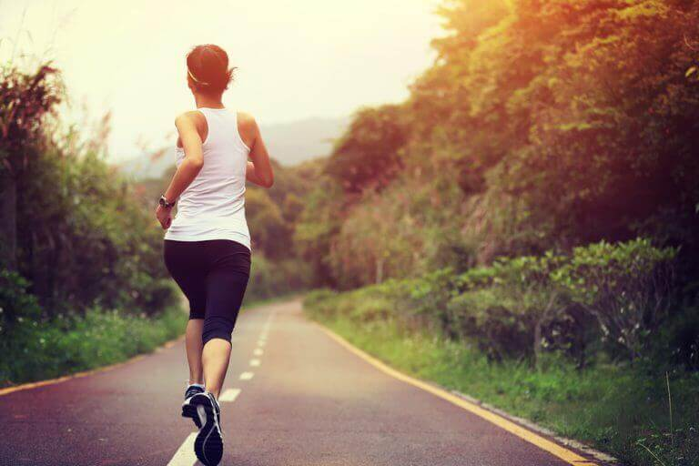 woman running at the best time of day to exercise