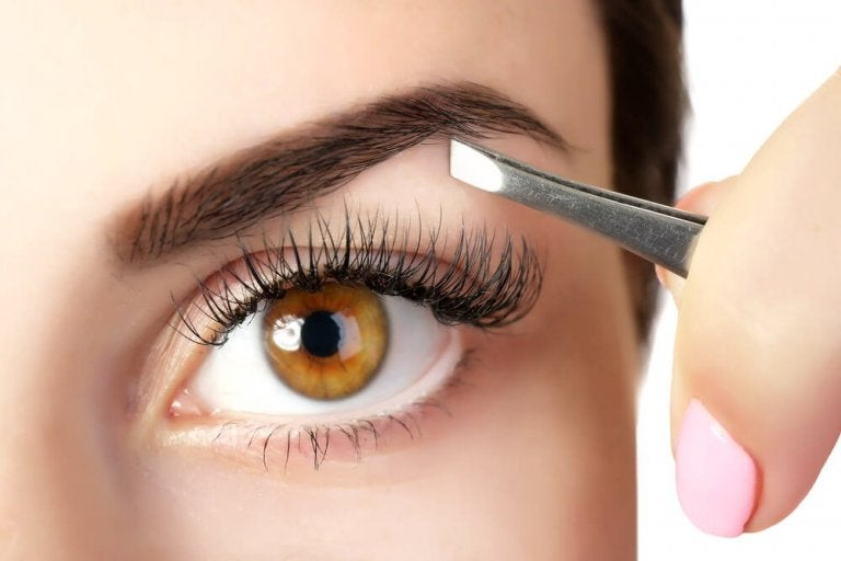 5 Tricks to Thicken Your Eyebrows with Natural Products
