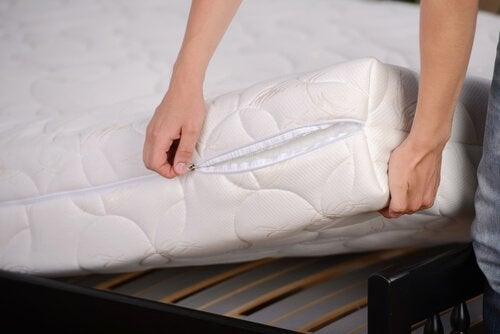 Changing their mattress cover to disinfect your bedroom naturally