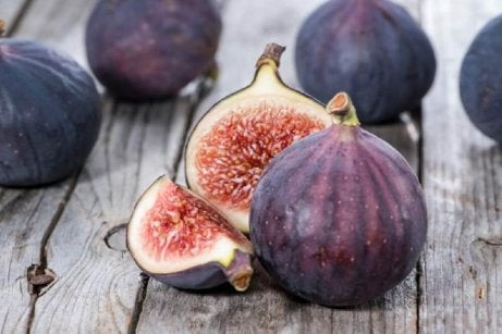 Figs which are great for combating fluid retention