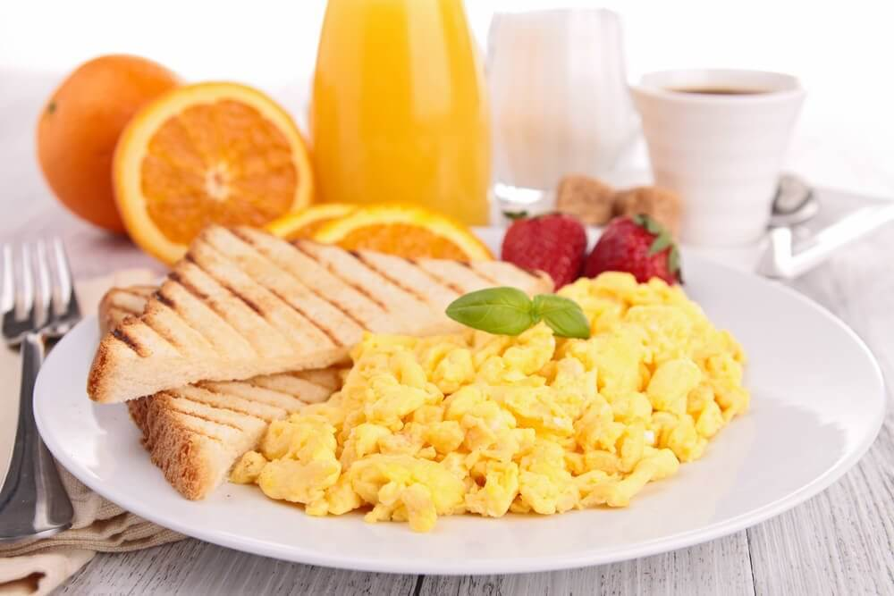 A healthy breakfast with eggs which is one of the tips for slimming down